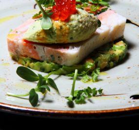 Terina brancina in lososa na kremi avokada, mariniran avokado s čičeriko, lososove ikre, zelenjavni coulis in solatni šopek